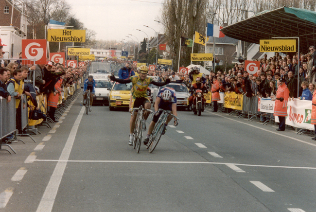 Gianni Bugno beats johan museeuw to win the 1994 Tour of Flanders
