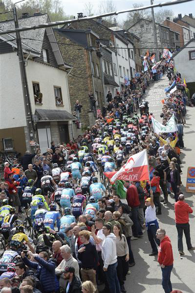 Peloton on Cote de Saint Roch