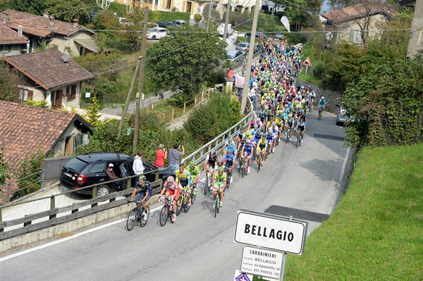 The pack climbs the Ghisallo