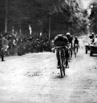Alfredo Binda wins stage 1
