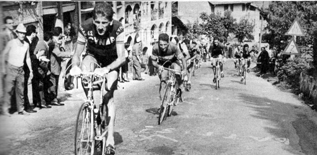 Vittorio Adorni attacks in the 1963 Giro