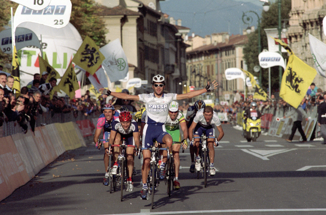 Michele Bartoli wins the 2002 Giro di Lombardia