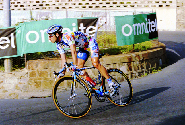 Paolo Bettini descends in the 1999 Milano-San Remo