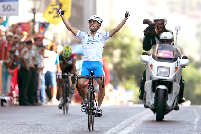 Bettini wins the 2004 Olympic mens' road race