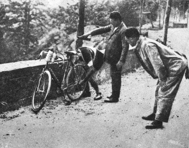 Alfredo Binda stops to change gears in the 1925 Giro d'Italia