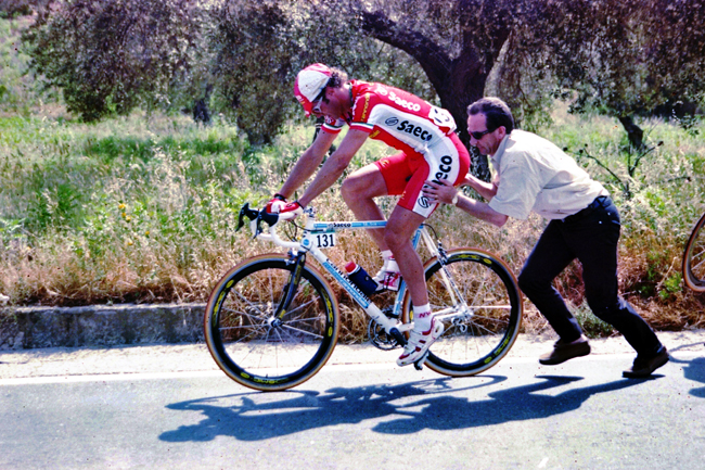 Mario gets back on the raod after a repair in the 1999 Giro