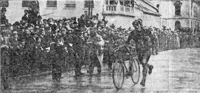 Francois fAbers runs for the finish in stage 4 of the 1909 Tour de France
