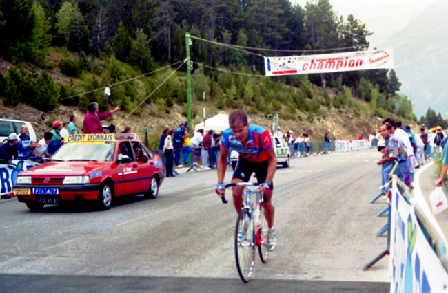 Hampsten riding to Andorra in the 1993 Tour de France