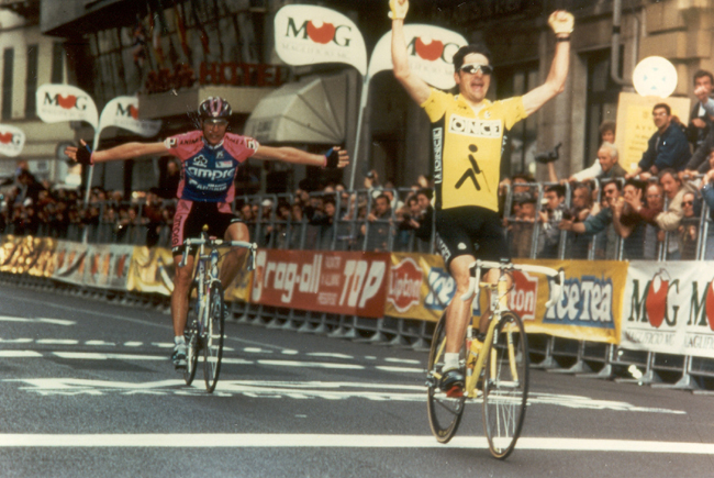 Laurent Jalabert wins the 1995 Milano-San Remo in front of Maurizio Fondriest