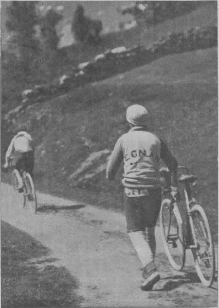 Pierino Albini follows Octave Lapize on the Aubisque