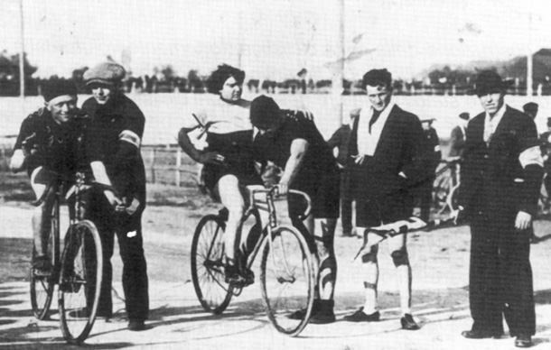 Alfonsina Strada in 1923 on a track with Giovanni Gerbi