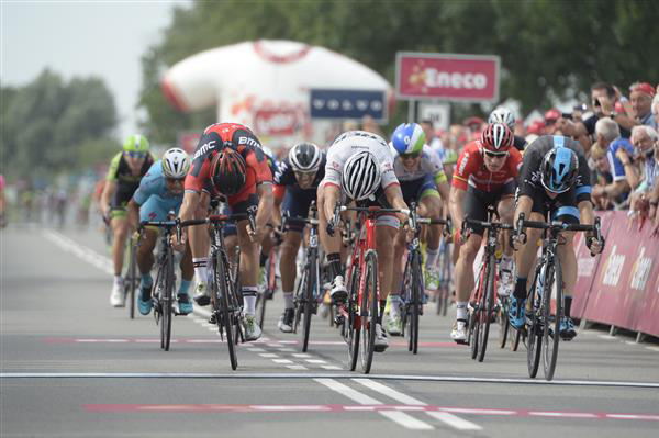 Elia Viviani wins stage 1