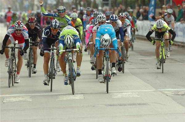 Francesco Chicchi wins stage 1a