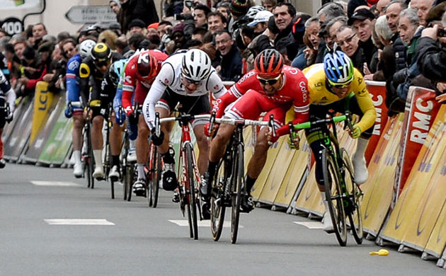 Nacer Bouhanni leans on Michael Matthews
